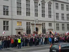 Okrzyki pod sądem w Gdańsku