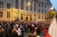 """Protestujący krzyczą """"chcemy veta"""" pod sądem w Gdańsku"""