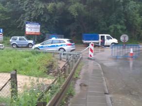 Potok Oruński podmywa most na Niepołomickiej