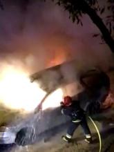 Strażacy gaszą pożar samochodu na Kamiennej Górze