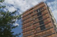"""Malowanie fragmentu """"Sądu Ostatecznego"""" na bloku na Zaspie"""