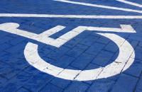 Niebieskie miejsca parkingowe dla niepełnosprawnych