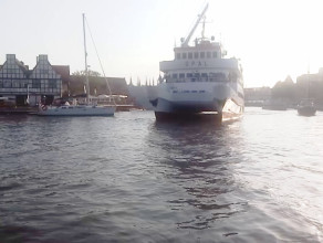 Katamaran przepływa blisko jachtu