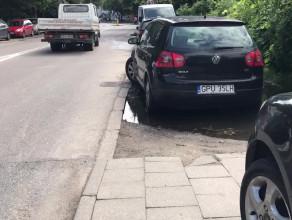Kierowcy zastawiają chodnik na Legionów w Gdyni