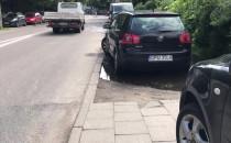 Kierowcy zastawiają chodnik na Legionów w...