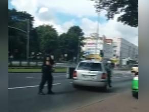 Kierowca ucieka wlokąc za autem interweniującego strażnika