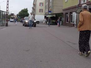 Samochodem po drodze pieszo-rowerowej