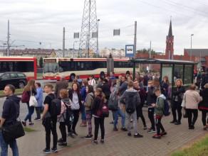 Tłumy pasażerów opuszczają tramwaje na Chełmie
