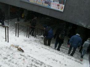 Zamieć śnieżna przed tunelem obok budynku LOT-u