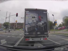 Kierowca dostawczaka zajeżdża drogę i przyśpiesza podczas wyprzedzania