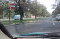 Złomiarz idzie środkiem ulicy, pod prąd