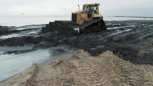 Ciemny osad na sopockiej plaży