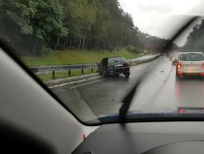 Audi wpadło na barierki na obwodnicy