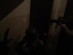 Wejście antyterrorystów do mieszkania zatrzymanych