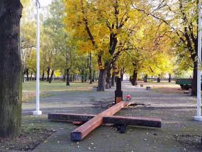 Spalony krzyż na cmentarzu na Zaspie