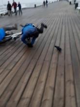 Rowerzysta potrąca kobietę na molo w Sopocie