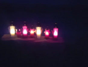 Znicze na plaży w Jelitkowie za tych co na morzu
