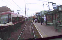Motorniczy pomaga rannemu leżącemu na przystanku