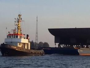 Fragment kadłuba statku płynie po Wiśle