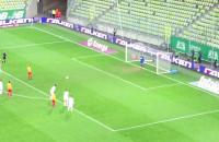 Dusan Kuciak broni karnego w meczu z Koroną Kielce