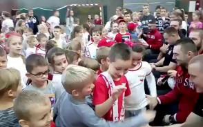 Rugbiści spotkali się z dziećmi w Szkole Podstawowej nr 85 w Gdańsku