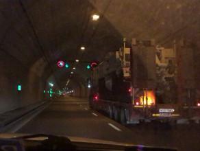 Sprzęt wojskowy jedzie tunelem pod Martwą Wisłą