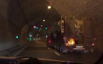 Sprzęt wojskowy jedzie Tunelem pod Martwa...