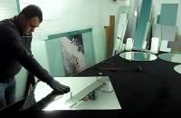 Szklarz-wycinanie okrągłego lustra
