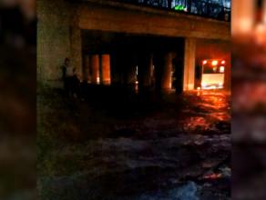 Zalana ul. Podjazd w Gdyni wodą wodociągową