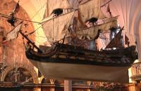 Opuszczane modele statków w Dworze Artusa