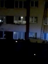 Wejście strażaków do mieszkania na Oruni