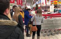 Tłum na zakupach w centrum handlowym na tydzień przed świętami