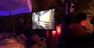 Monika Kazmierczak gra na carillonie kościoła Św. Katarzyny