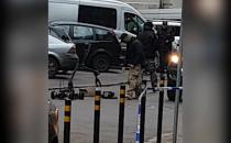 Policja usuwa porzuconą paczkę przy ul....