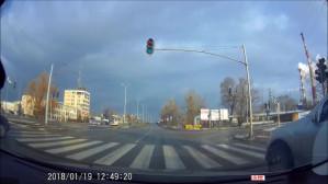 Kierowca wyprzedza z pasa do skrętu w prawo