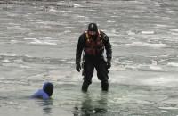 Ćwiczenia straży pożarnej na lodzie