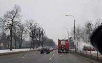 Strażacy dogaszają płonące auto