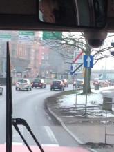Kierowca autobusu rozmawia przez komórkę