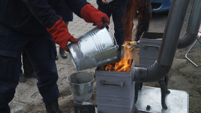 Straż Miejska uczy, jak rozpalać w piecu