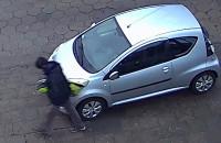 Wandal z Brzeźna wygina lusterka w autach