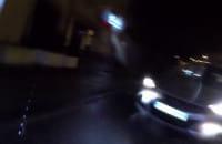 Wjeżdża samochodem na czołówkę na drodze rowerowej
