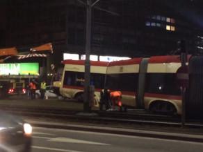 Prace przy usuwaniu tramwaju ze skrzyżowania