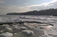 Zamarznięte morze i pływające kry przy plaży w Gdyni