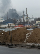 Czarny dym z komina na terenach stoczniowych