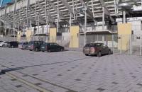 Place przed Teatrem Muzycznym i stadionem zastawione autami