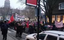 Manifestacja przechodzi ulicami centrum...