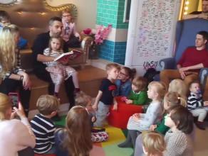 Abelard Giza czyta bajki dzieciom