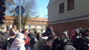 Pikieta kobiet z wieszakami przed Katedrą Oliwską