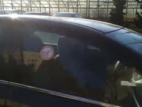 Naklejki na szybach za nieprawidłowe parkowanie
