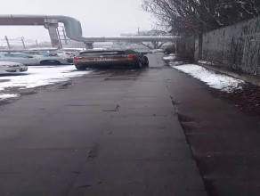 A tak parkuje się i jeździ na chodniku